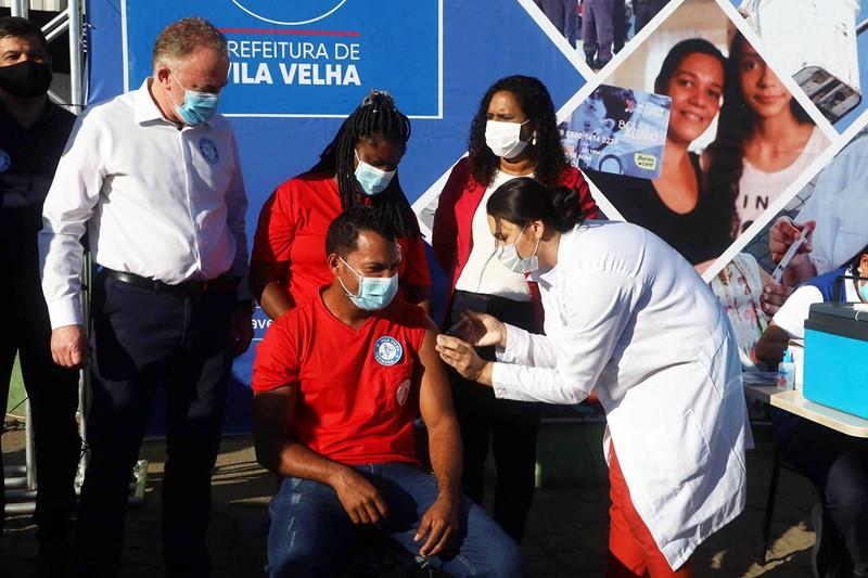 Trabalhadores de limpeza urbana e resíduos sólidos começam a ser vacinados no Espírito Santo
