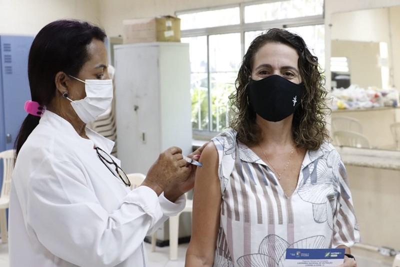 Profissionais da educação falam da satisfação em tomar primeira dose da vacina contra Covid-19