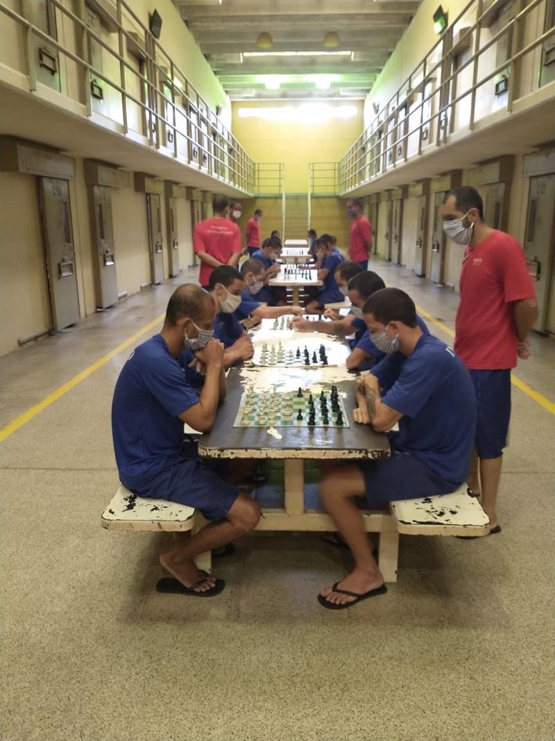 Internos aprendem técnicas de violão em unidade prisional de Vila Velha