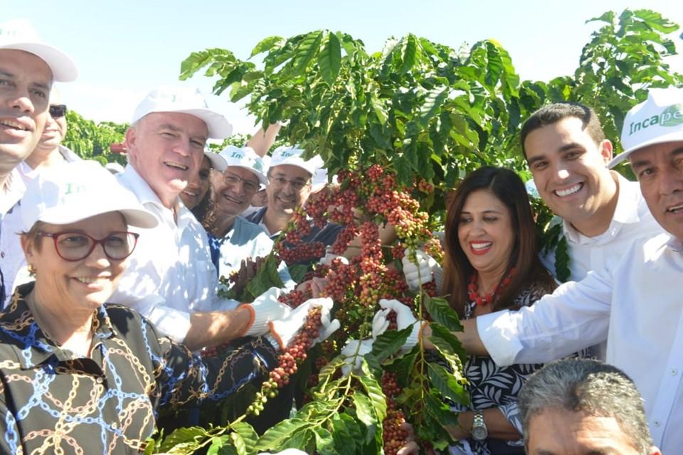 No Dia Nacional do Café governador e ministra da Agricultura dão início à colheita de Conilon no ES